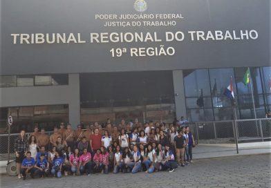 Alunos de escolas municipais participantes do projeto TJC visitam dependências da Justiça do Trabalho